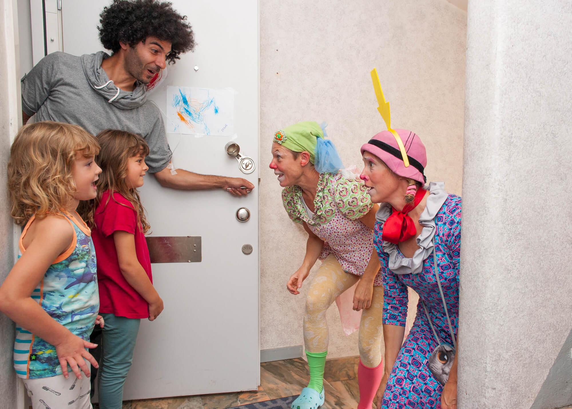 Två artister från Clownmedicin möter en familj i deras hem.